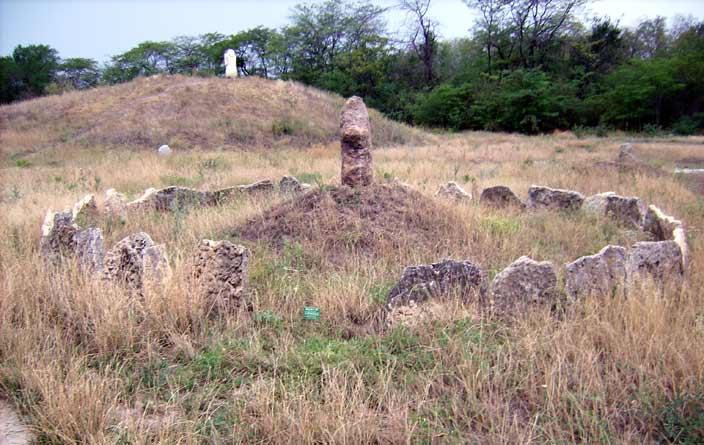 старовинна огорожа-змій і прутнеподібний камінь на відновленій могилі